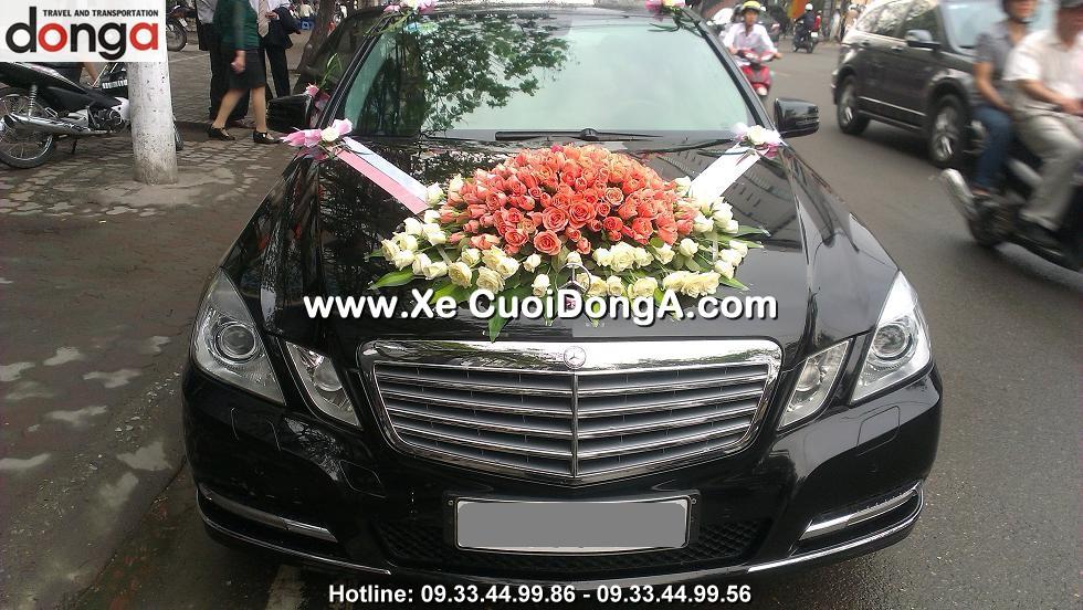 khac-hang-thue-xe-cuoi-mercedes-e250-tai-thai-ha (1)