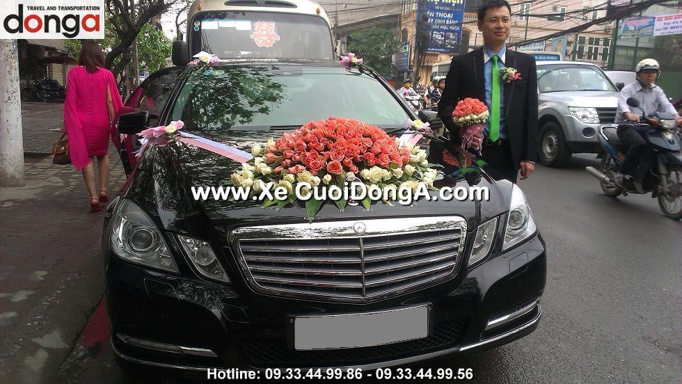 khac-hang-thue-xe-cuoi-mercedes-e250-tai-thai-ha