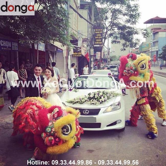 khach-hang-thue-xe-cuoi-lexus-is-250c-mui-tran