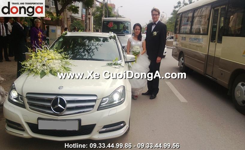 khach-hang-thue-xe-cuoi-mercedes-c200-trang-lac-long-quan