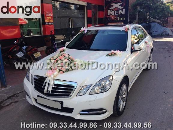 hinh-anh-khach-hang-ben-xe-cuoi-mercedes-e250-trang-tai-le-van-luong
