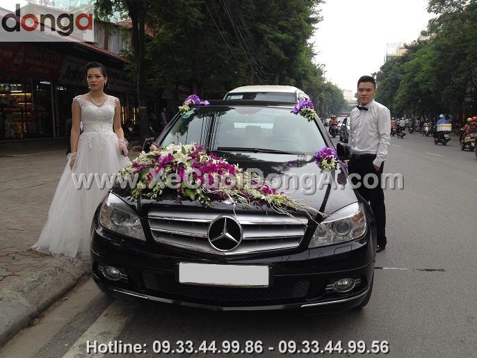 hinh-anh-khach-hang-thue-xe-cuoi-mercedes-c250-den-tai-luong-dinh-cua