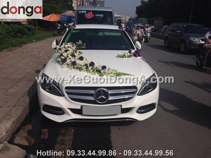 hinh-anh-khach-hang-ben-xe-cuoi-mercedes-c200-tai-hang-bac