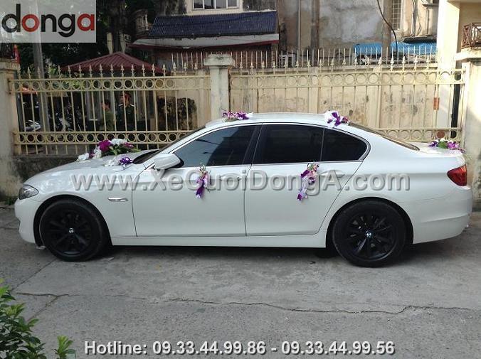 xu-huong-nam-nay-co-nhieu-nguoi-lua-chon-thue-xe-cuoi-bmw-523i-mau-trang-khong (1)